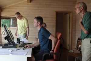 Morte og Jørgen lærer opp to fra Bærum KK på tidtaking