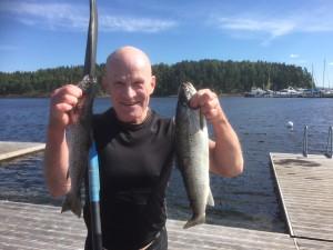 Tor Olin viser frem dagens fangst