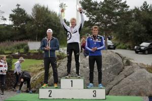 Eivind flankert av Jo Sondre Solhaug og Lars Magne Ullvang
