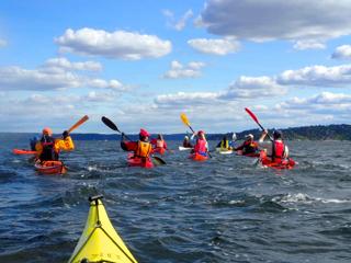 Ivrige OKK-padlere på vei til Borøya